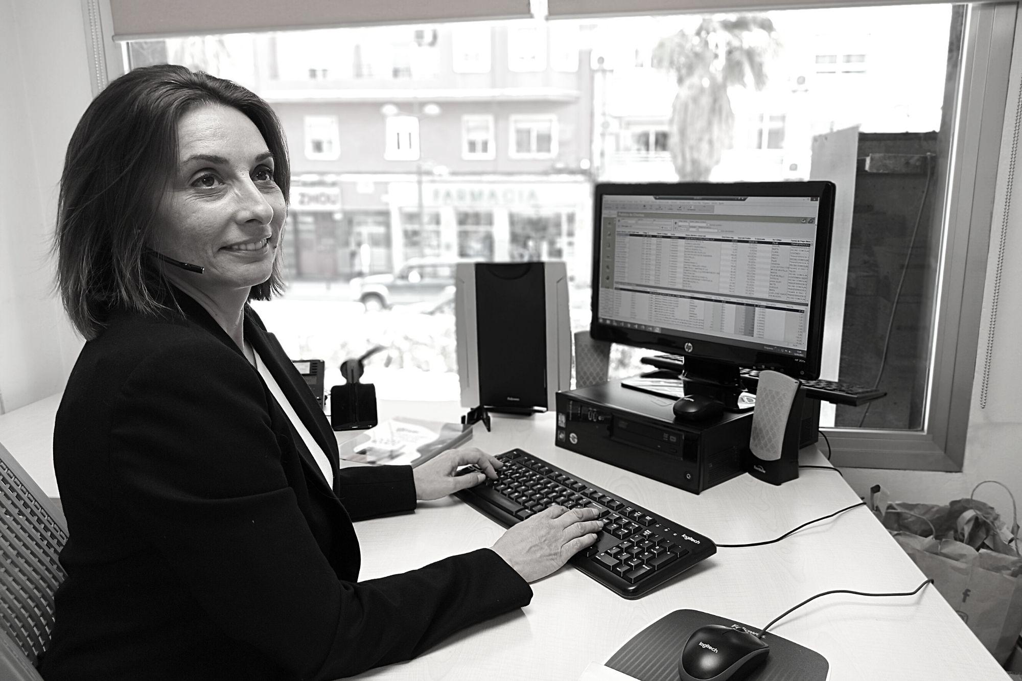 Mónica Burdalo departamento comercial Folder Valencia